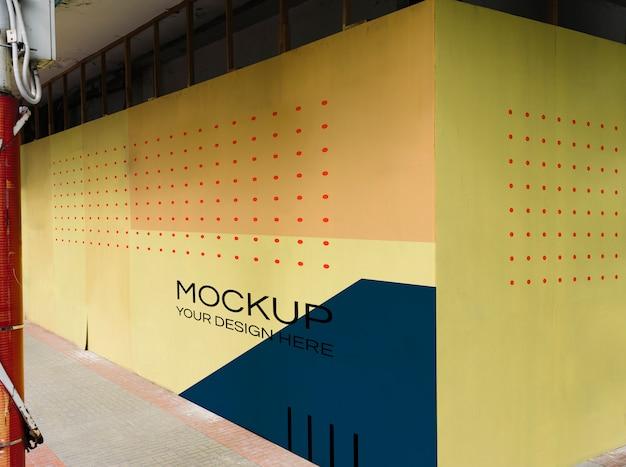赤い点の壁のモックアップで空白の黄色
