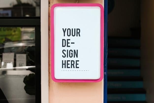 大胆なピンクのフレームで現代の商店のサインモックアップ