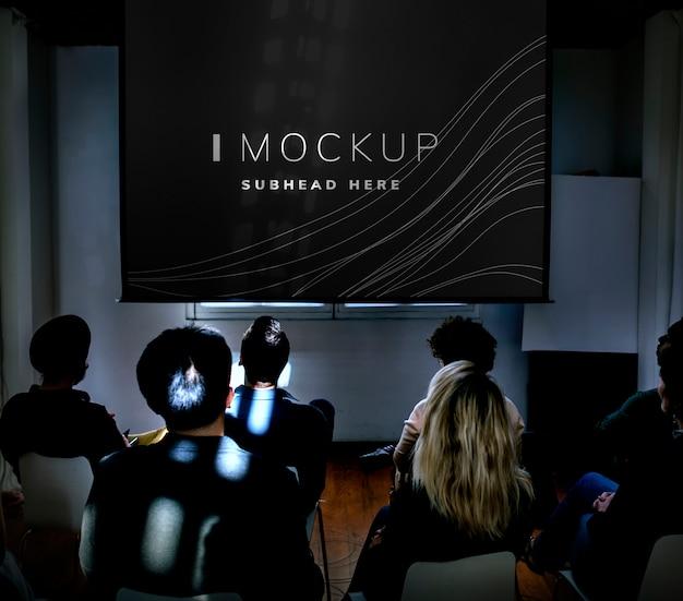 会議中のプロジェクタースクリーンモックアップ