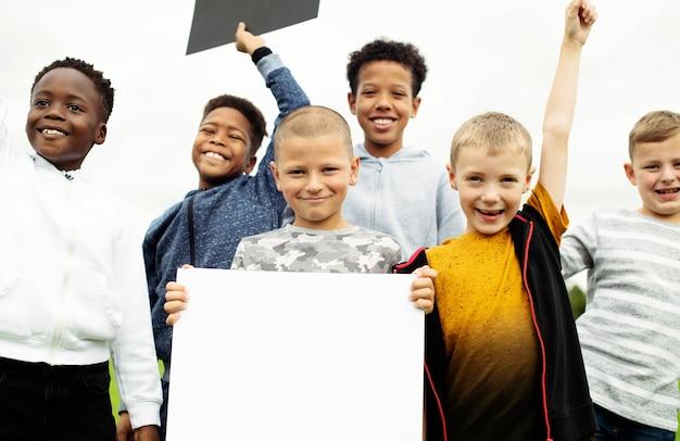 白紙の紙を見せて若い男の子のグループ