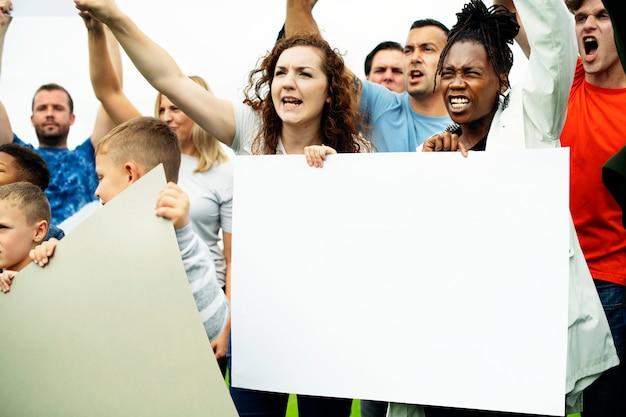 活動家のグループが抗議しています