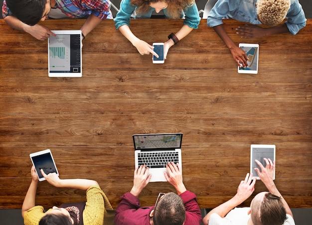 コンピュータを使用しているグループの人々