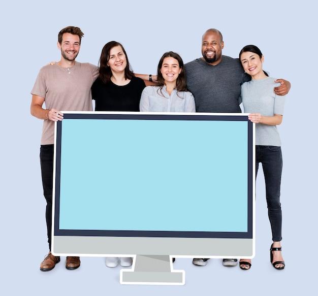空白のコンピューター画面モックアップを持つ多様な人々