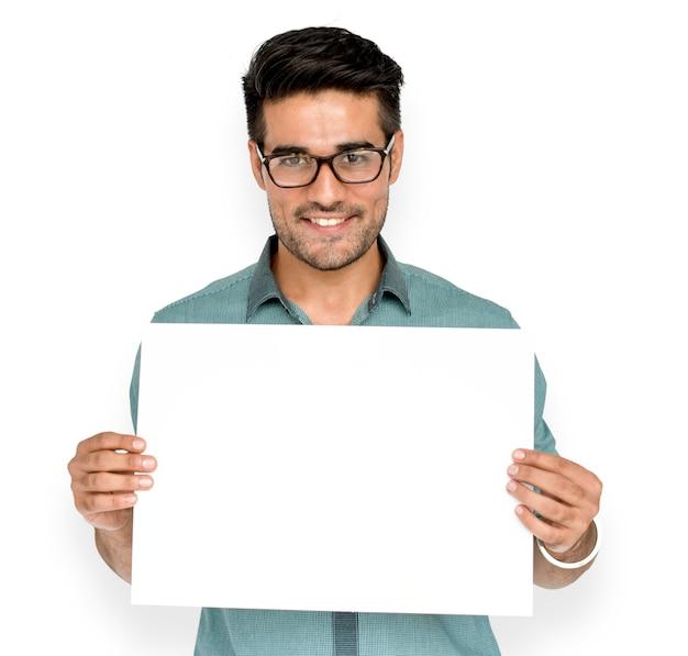 男は空白の紙ボードコピースペースを保持します。