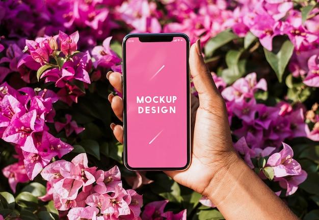 花の背景のスマートフォンモックアップ