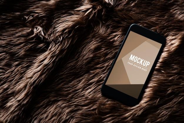 Макет экрана мобильного телефона на меховой поверхности