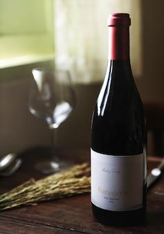 赤ワインの瓶、木製のテーブル