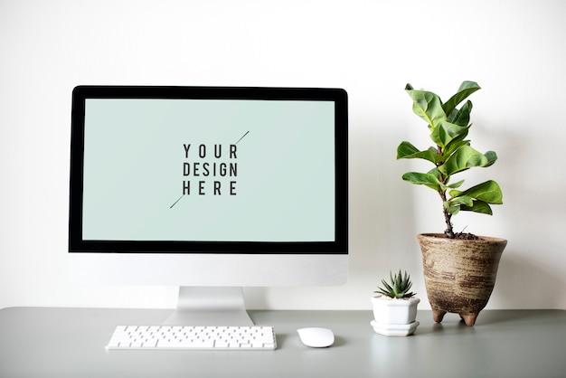 机の上のコンピューターモニター画面モックアップ