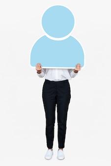 青いユーザーアイコンを保持している女性