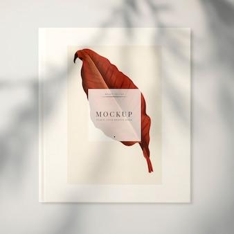葉を持つ雑誌のモックアップ
