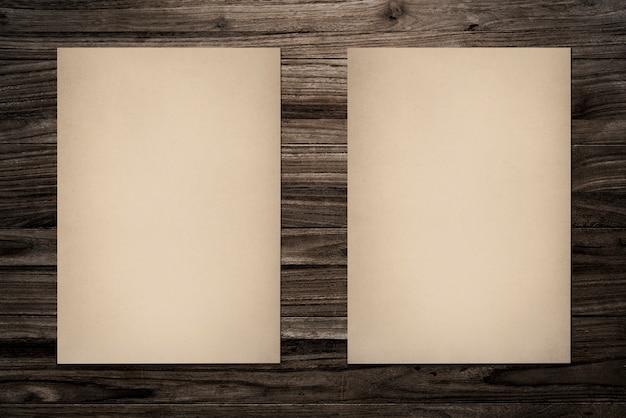 紙のモックアップウッドの背景に設定