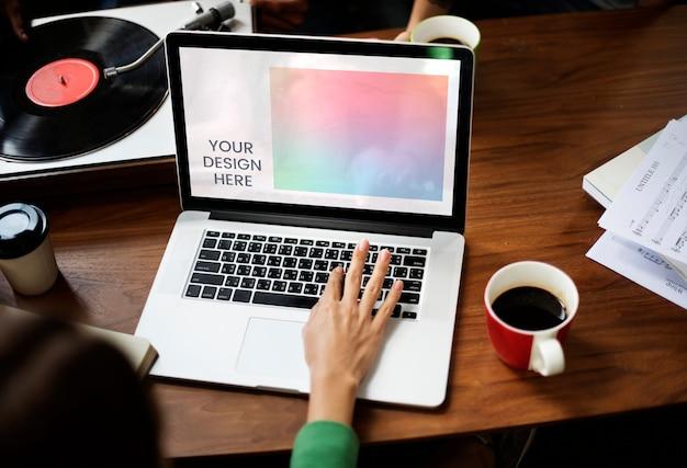 空白のノートパソコンの画面