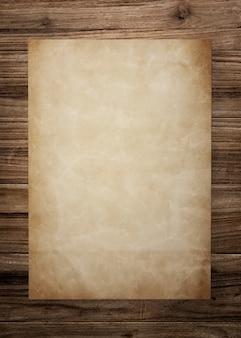 木製の背景にビンテージの紙のモックアップ