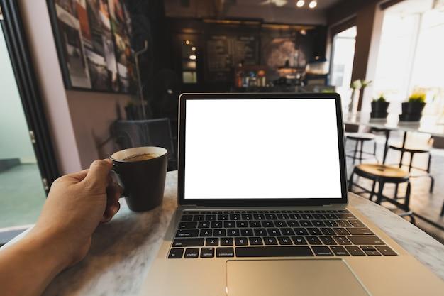 ノートパソコンのモックアップとコーヒーショップで熱いエスプレッソ