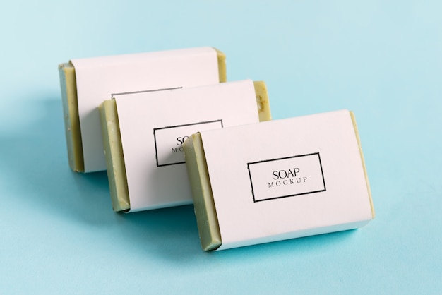 パステルブルーの背景に手作りハーブ天然石鹸から設定します。モックアップ