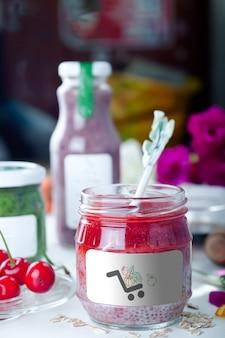 モックアップとしてイチゴのピューレと自家製健康的なビーガンデザートチアプリン