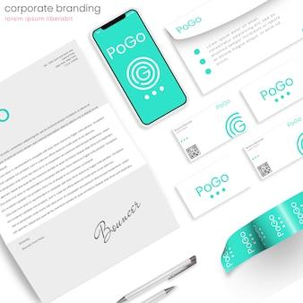 Фирменный макет фирменного стиля со смартфоном и канцелярскими товарами