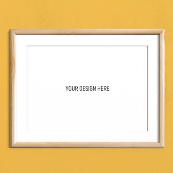 黄色の織り目加工の壁に水平ライトウッドフレームモックアップ