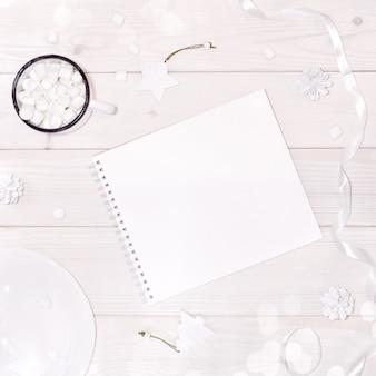 Рождественская композиция с блокнотом макет с белыми украшениями