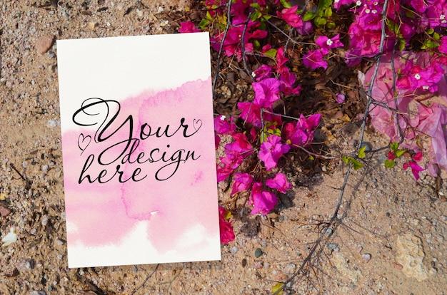 ピンクの花のウェディングカードモックアップ