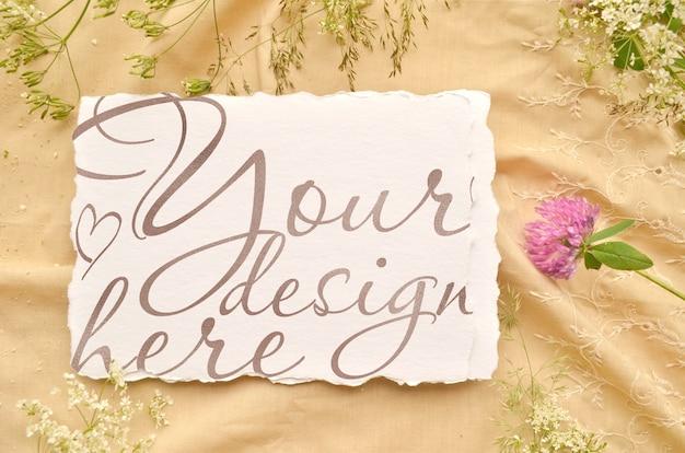 花の結婚式の招待カードのモックアップ