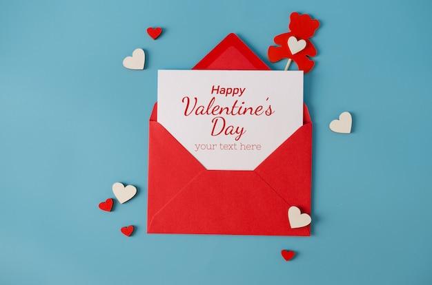 バレンタインの日グリーティングカード。空白のカードで赤い封筒。挨拶用のスペースを備えた平面図。