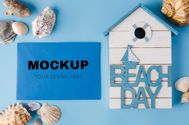 Различные морские ракушки и надпись день пляжа на синем. летний фон.