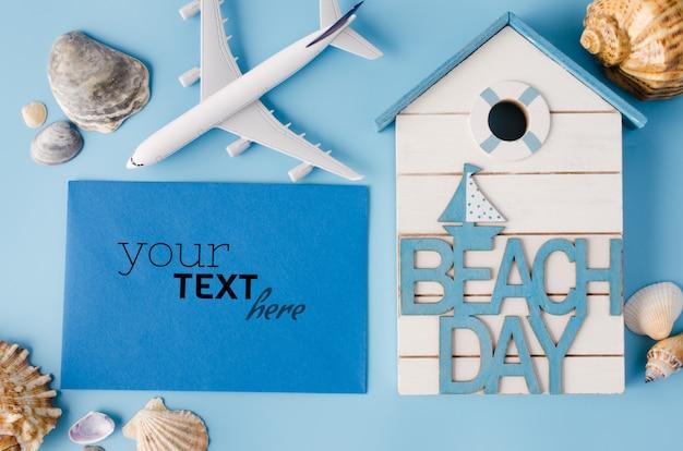 貝殻や装飾的な飛行機の空の青い紙。夏の旅行のコンセプトです。