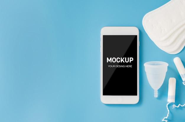 月経中の計画と管理、健康的なライフスタイル。スマートフォンと女性用の衛生アクセサリー。