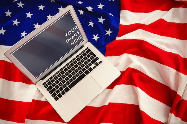 アメリカの国旗のモックアップ上のラップトップ