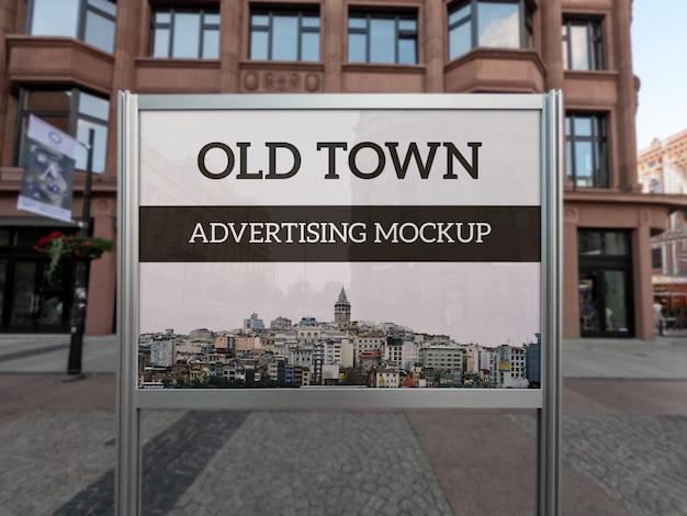 風景屋外の古典的な金属広告フレームスタンドのモックアップ