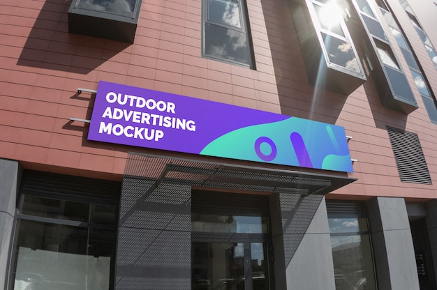 Макет наружной ландшафтной узкой вывески на кирпичном фасаде