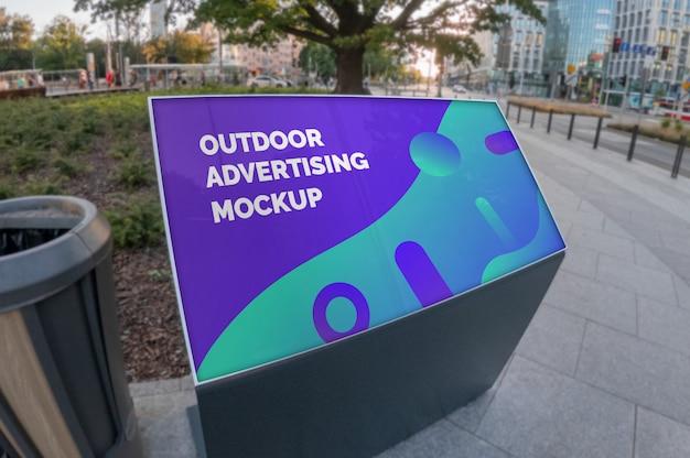 都市通りの舗装の上に立つ屋外風景広告のモックアップ