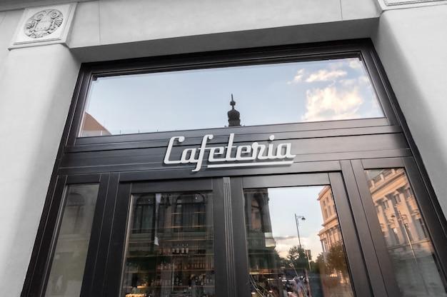 カフェの正面玄関に白いロゴ看板のモックアップ