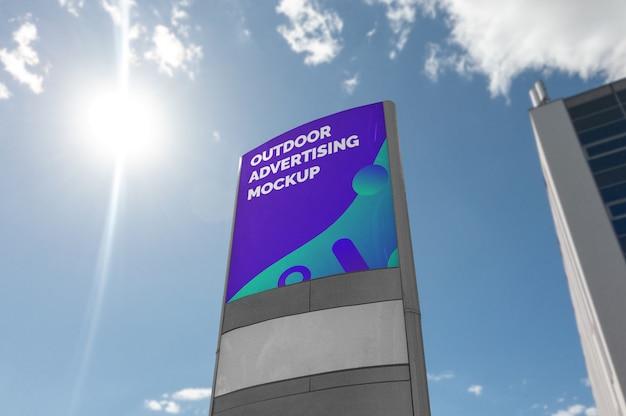 都市通りの舗装の上に立つ屋外の大きな正方形の広告のモックアップ