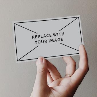 Визитная карточка на руке макет