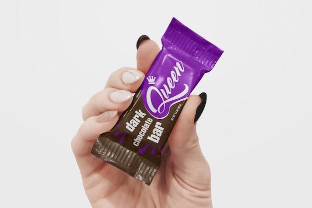 手のモックアップのチョコレートバー