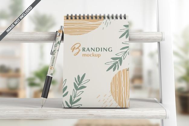 ペンブランディングモックアップ付きノートブック