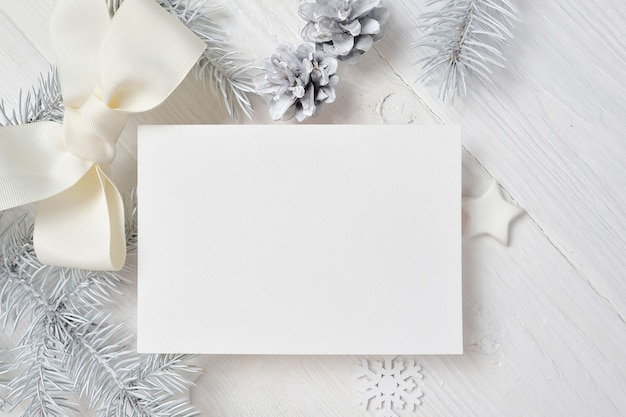 Макет рождественская открытка с белым деревом и конус на белом