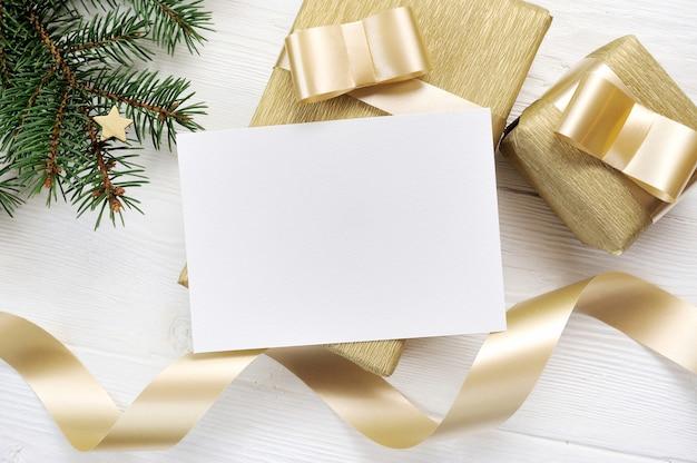 紙のモックアップとクリスマスプレゼントを飾ることのシート