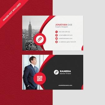 Элегантный шаблон визитной карточки с красной формой