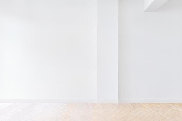 두 개의 화이트보드와 텔레비전이 있는 밝은 회의실.