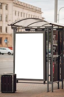 Большой рекламный щит с интересной информацией и рекламой на нем установлен вдоль широкой улицы в центре города