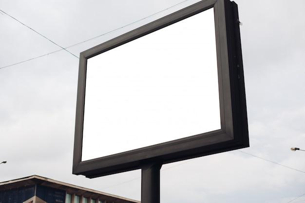 흥미로운 정보와 광고가있는 큰 광고판이 도심의 넓은 거리를 따라 설치되었습니다.