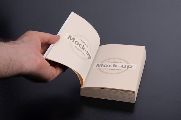 Рука человека, открывающая серию макетов новой книги