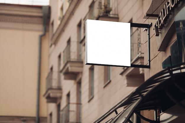 小さな看板、市内中心部の建物のモックアップ、カフェの広告
