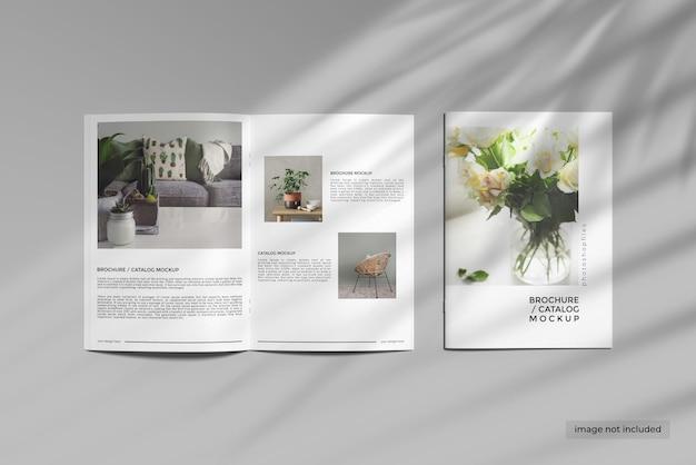 4 표지 및 열린 브로셔 카탈로그 목업 디자인