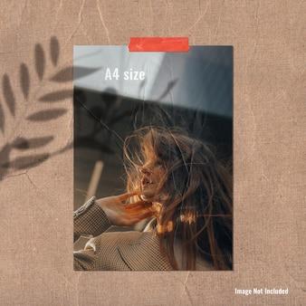 A4形状の紙のポスターまたは写真のリアルなモックアップムードボード
