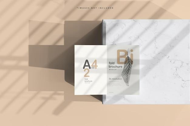 A4サイズの2つ折りパンフレットのモックアップ
