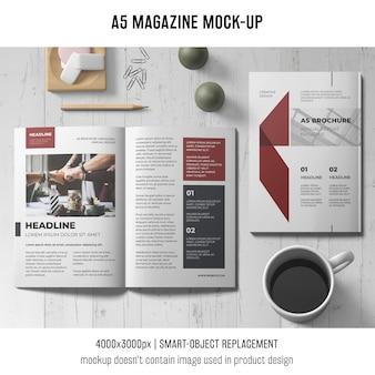 A5雑誌のモックアップとコーヒーのカップ